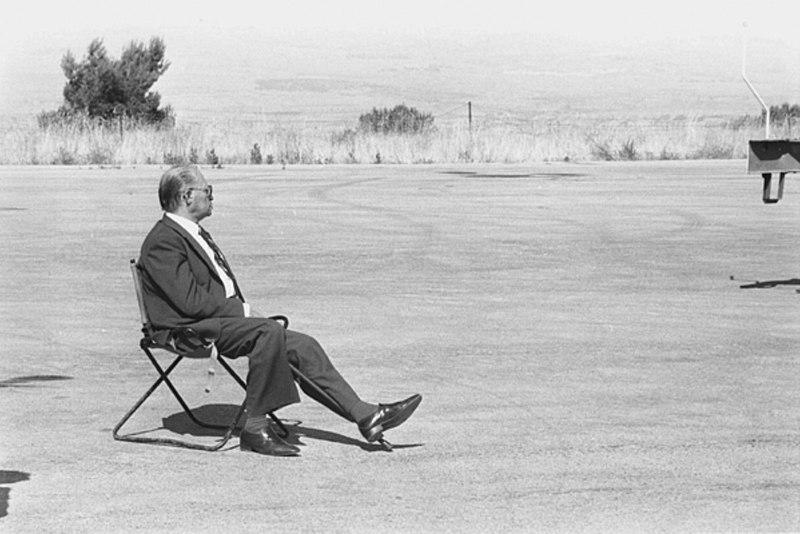ראש הממשלה מנחם בגין יושב בדד ומביט אל האופק בעת מלחמת לבנון הראשונה, 8 ביוני 1982