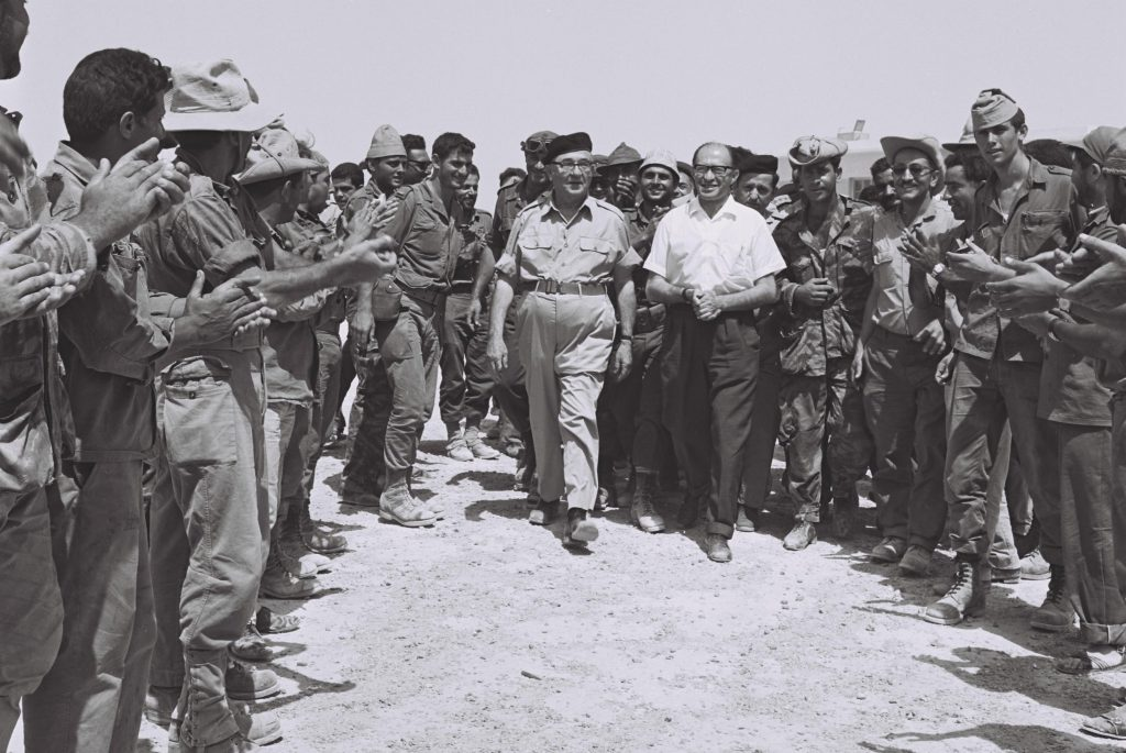 ראש הממשלה לוי אשכול והשר מנחם בגין עם מבקרים כוחות מילואים בסיני.