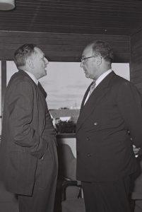 שר האוצר אשכול (מימין) עם נגיד בנק ישראל דוד הורוביץ, 1956