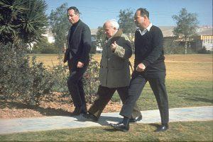 בן-גוריון בצעדתו היומית בשדה בוקר (משמאל שמעון פרס), 1 במרץ 1969