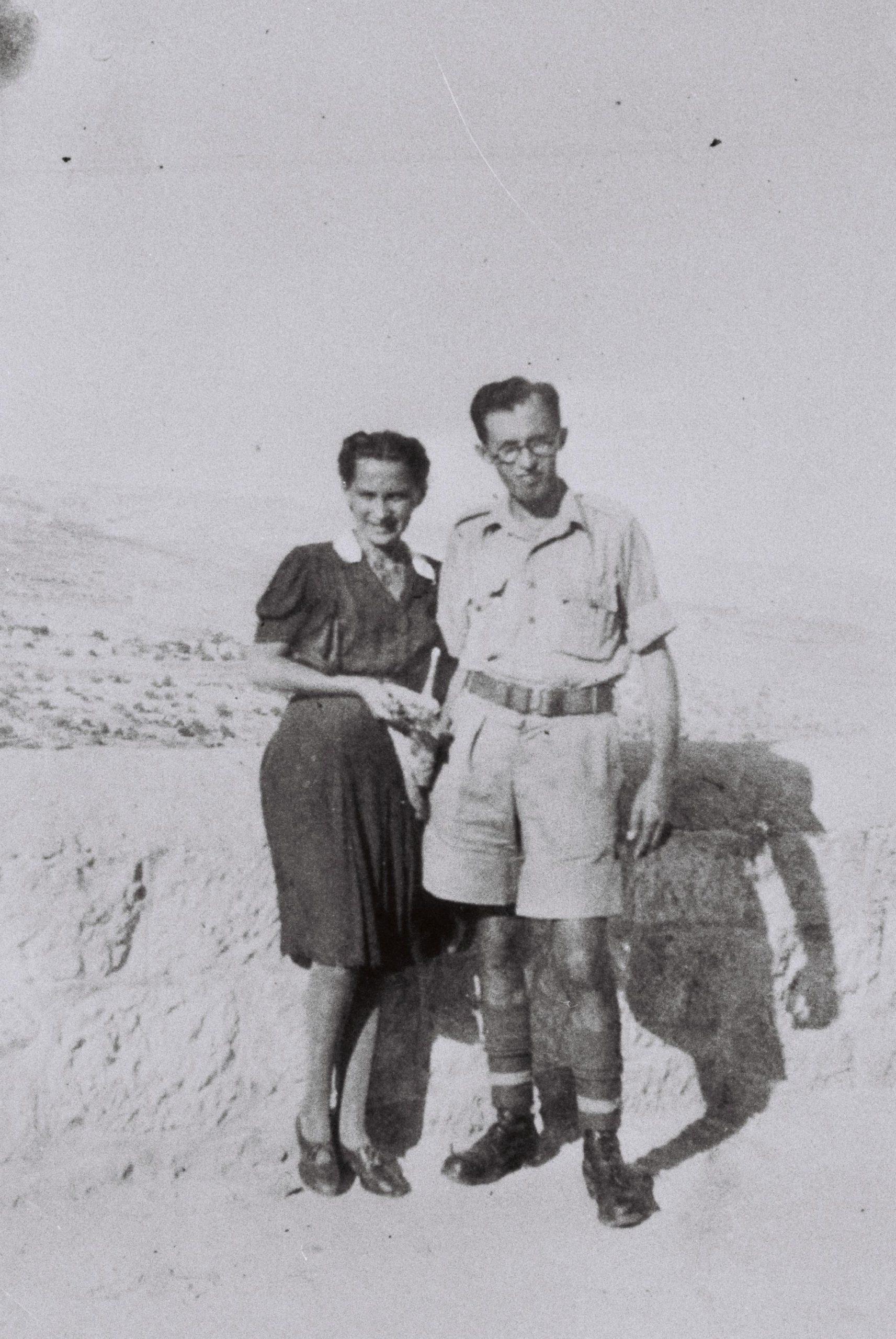 מנחם בגין במדים עם אשתו בארץ ישראל המנדטורית דצמבר 1942
