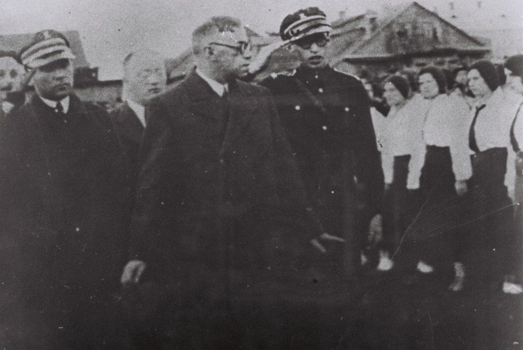 """מנחם בגין וזאב ז'בוטינסקי סוקרים מסדר של תנועת בית""""ר בעיר פינסק שבפולין 1933"""