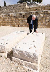 נשיא המדינה ראובן ריבלין עולה לקברו של מנחם בגין. פברואר 2018