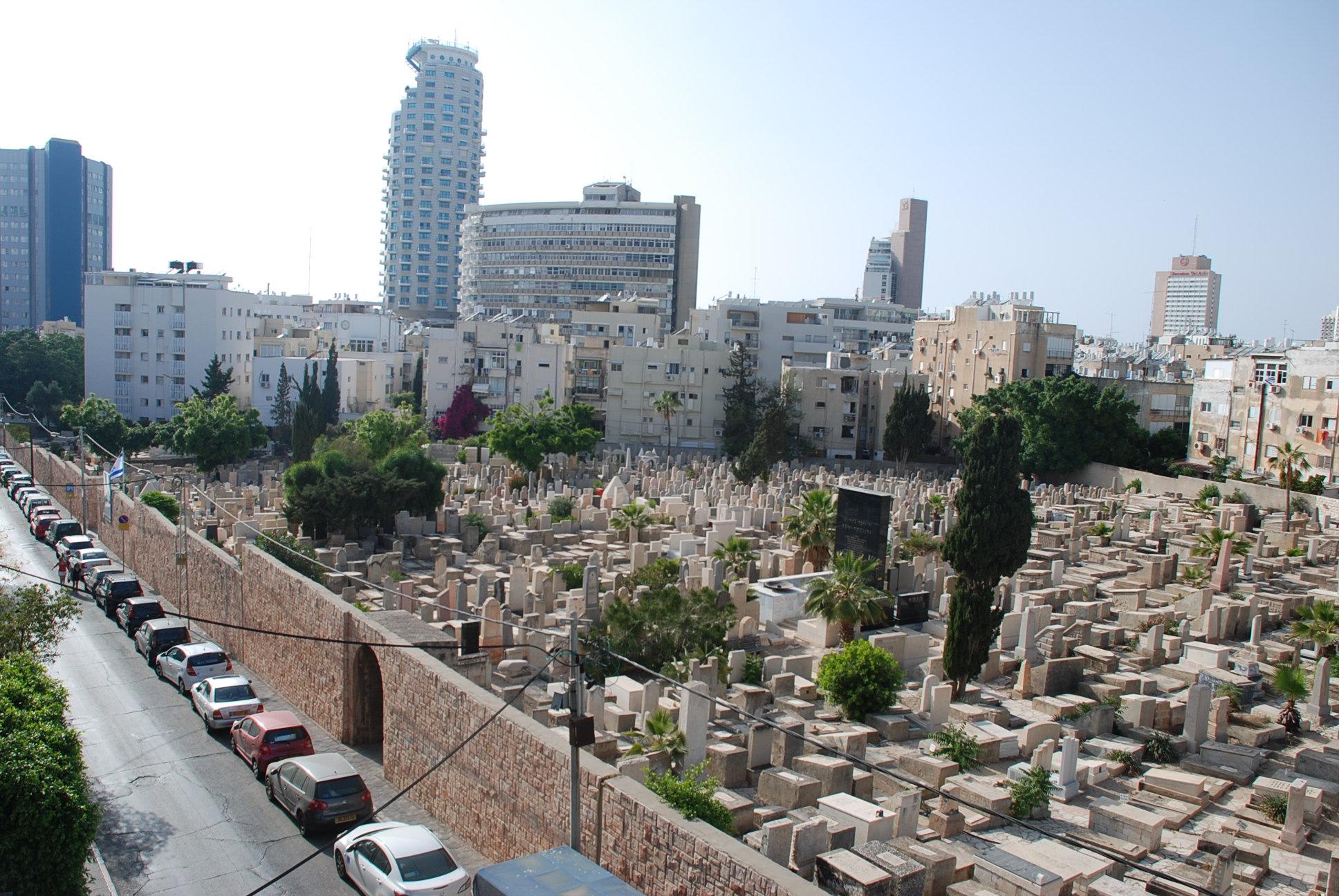 בית הקברות ממרפסת אחד הבתים ברחוב