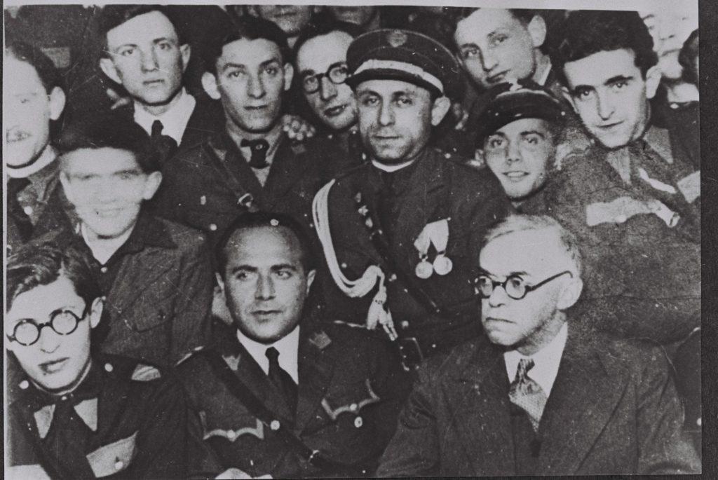 """זאב ז'בוטינסקי נפגש עם מנהיגי בית""""ר בורשה, פולין, 1939. משמאל למטה, מנחם בגין."""