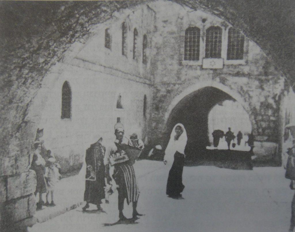 """בית ויטנברג בשנת ה'תר""""פ. תבליט מגן דוד גדול בחזית מעל קשת"""