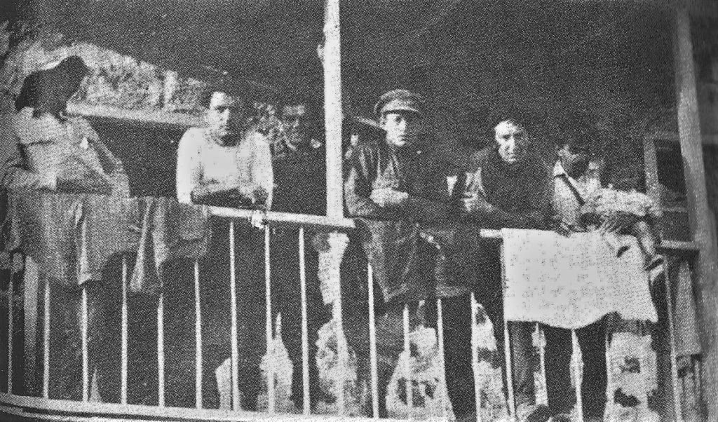 זלמן בלחובסקי (שלישי מימין) על המרפסת בתל-חי בתחילת 1920
