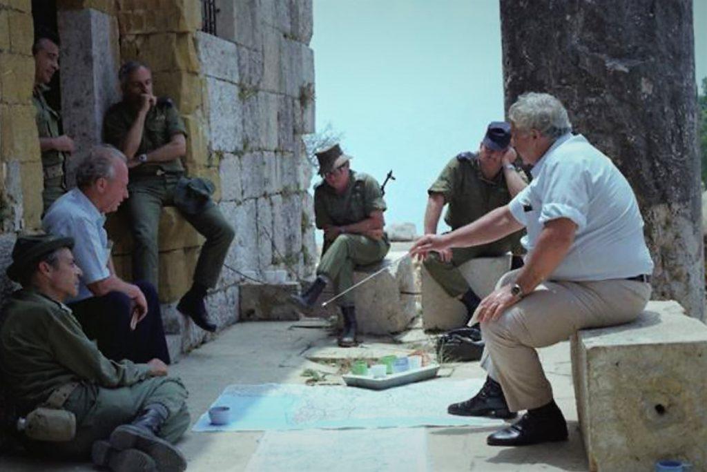 שר הביטחון אריאל שרון מסביר ליצחק רבין, אז חבר הכנסת באופוזיציה, על מהלך הלחימה