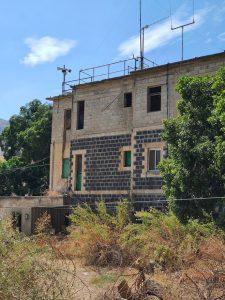 מבנה המלון על הירמוך כאשר הקומה השלישית עדיין בבנייה. קרבות ברמת הגולן