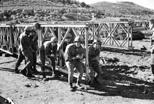 חיילי הנדסה קרבית בבניית גשר