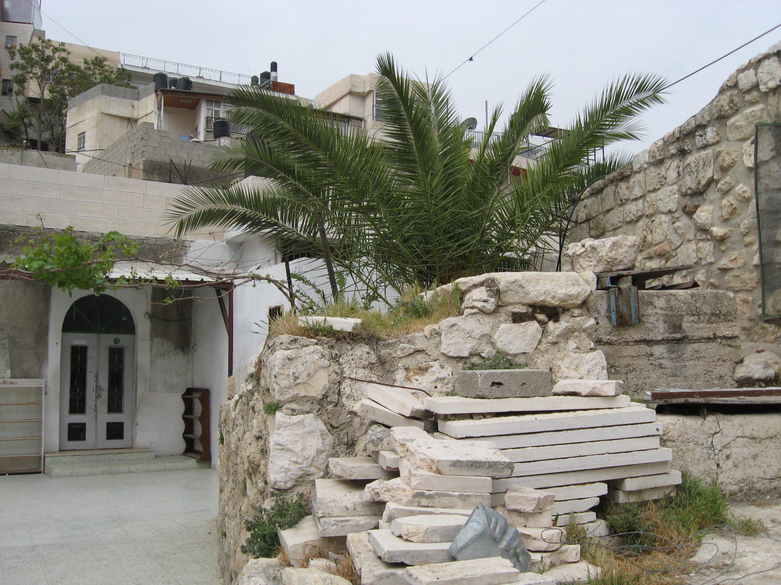 עין רוגל. הבאר (מימין) וחצר המסגד
