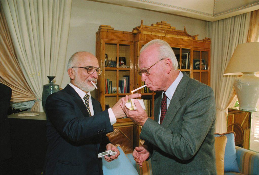 חוסיין, מלך ירדן מדליק לרבין סיגריה במעונו המלכותי בעקבה, לאחר חתימת הסכם השלום בין ישראל לירדן, 26 באוקטובר 1994