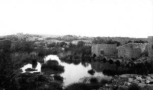 אמת המים לקיסריה טובלת בביצות כבארה בשנת 1925