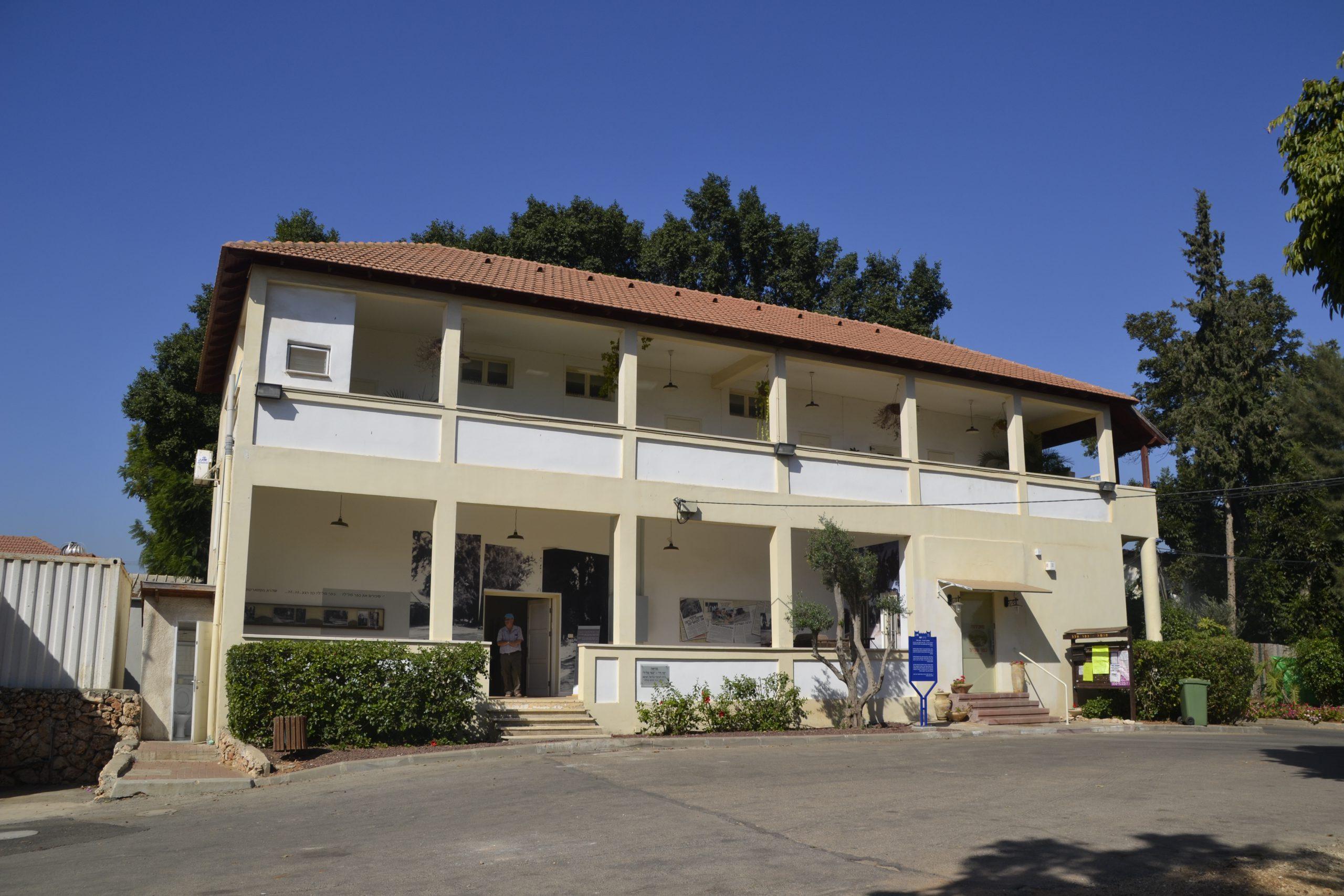 מבנה מוזיאון עין חי בכפר מל