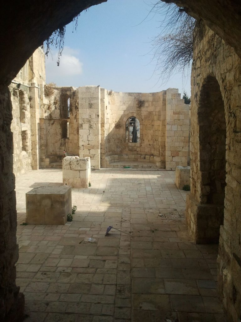 מראה הכנסייה. ברקע האפסיס המרכזי והאפסיס הצפוני ובו שני חלונות כפולים