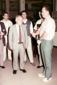 """יצחק שמיר בעת ביקור ברפא""""ל, 1985; מאחוריו עוזרו צחי הנגבי, ומימינו יוסף לוין, איש רפא""""ל"""