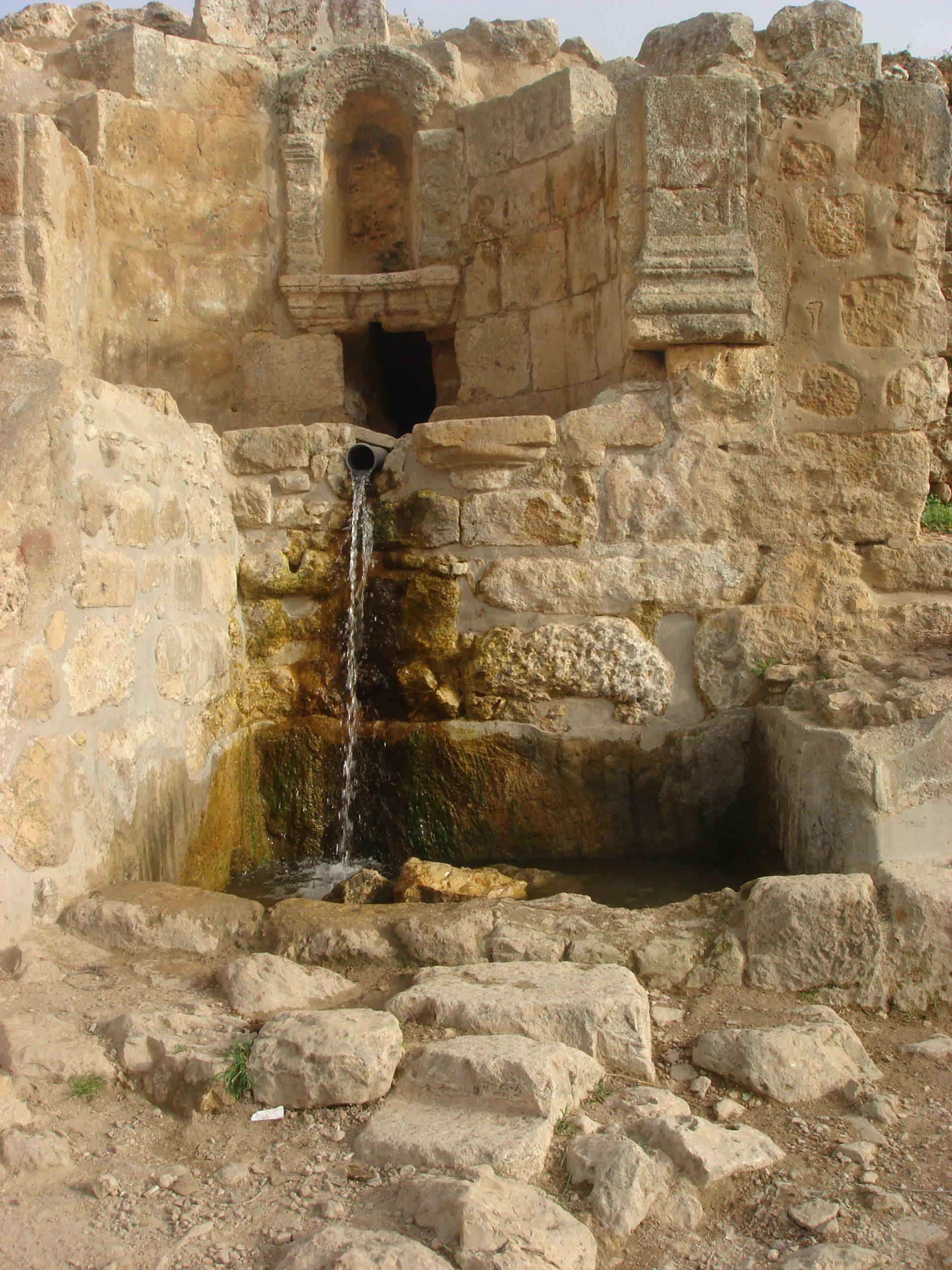 שרידי הכנסייה, ונביעת המעיין