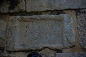 """VEXILLAT(I)O LEG(IONIS)X FRE(TENSIS"" ""חיל המשלוח של הלגיון העשירי פרטנסיס"" הכתובת הרומית במנזר"