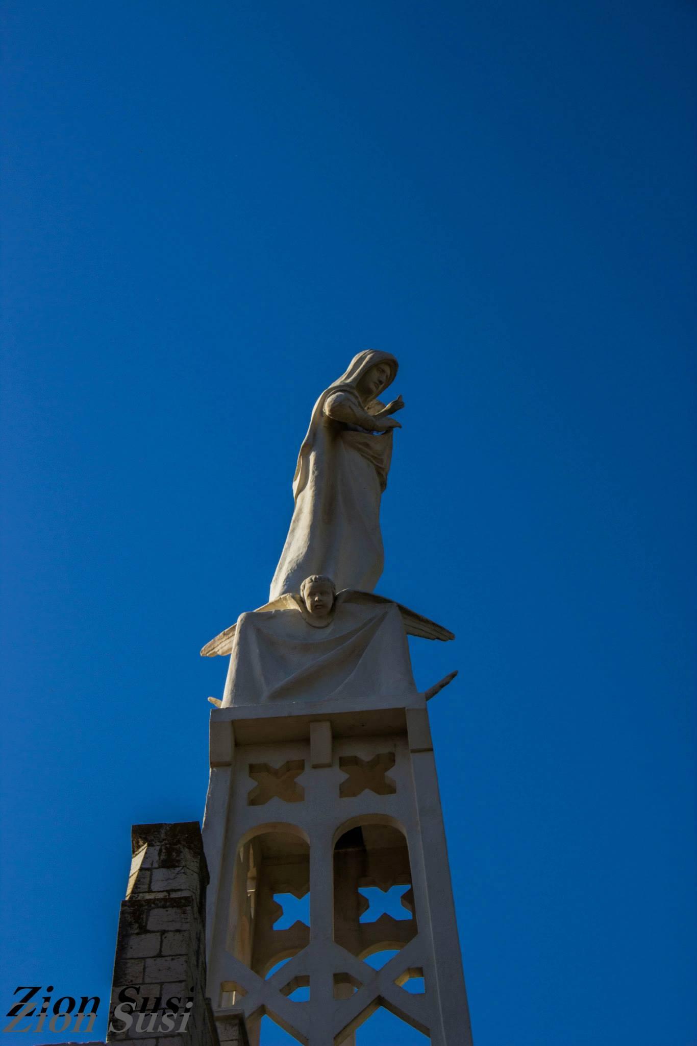 פסל מרים והילד והמלאכים בכנסייה.