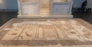 רצפת פסיפס של אחד מבתי הכנסת מתקופת התלמוד שנתגלו בעיר, ובו סמלים יהודיים רבים בתי הכנסת בעמק יזרעאל