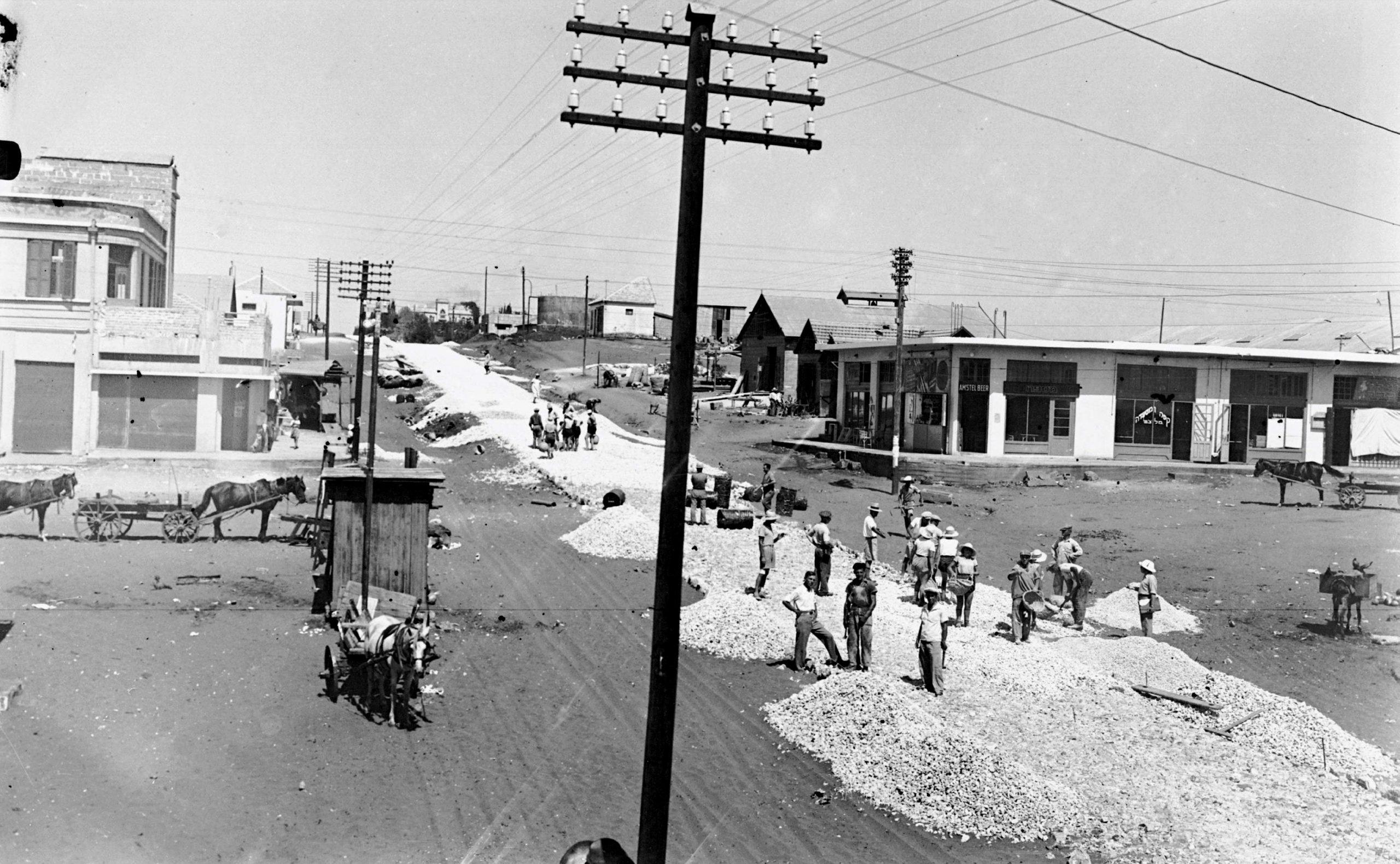 סלילת הרחוב הראשי בכפר סבא (לימים רחוב ויצמן), 1929