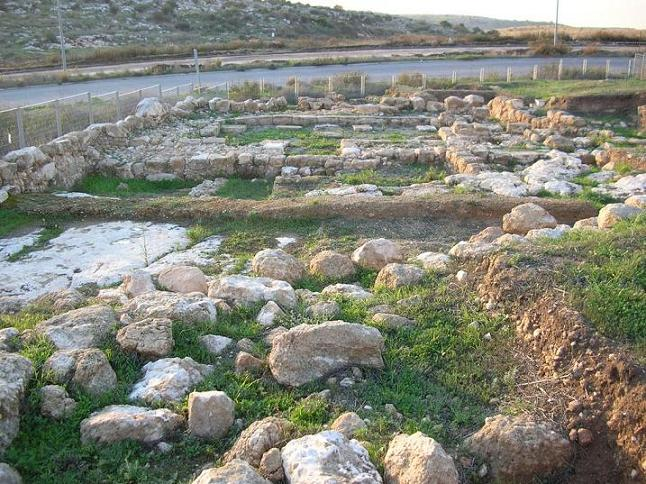 בית הכנסת אום אל עומדן לפני קירוי והכשרה לביקורי קהל