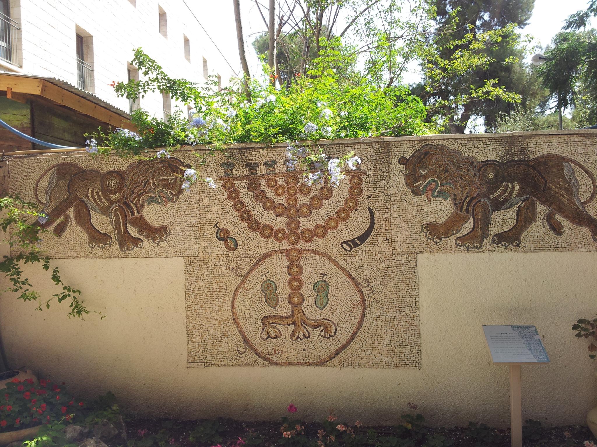 העתק פסיפס מעון במתחם יד יצחק בן-צבי בירושלים. הפסיפס הוא במעון שבמישור הנגב המערבי, ליד קיבוץ נירים