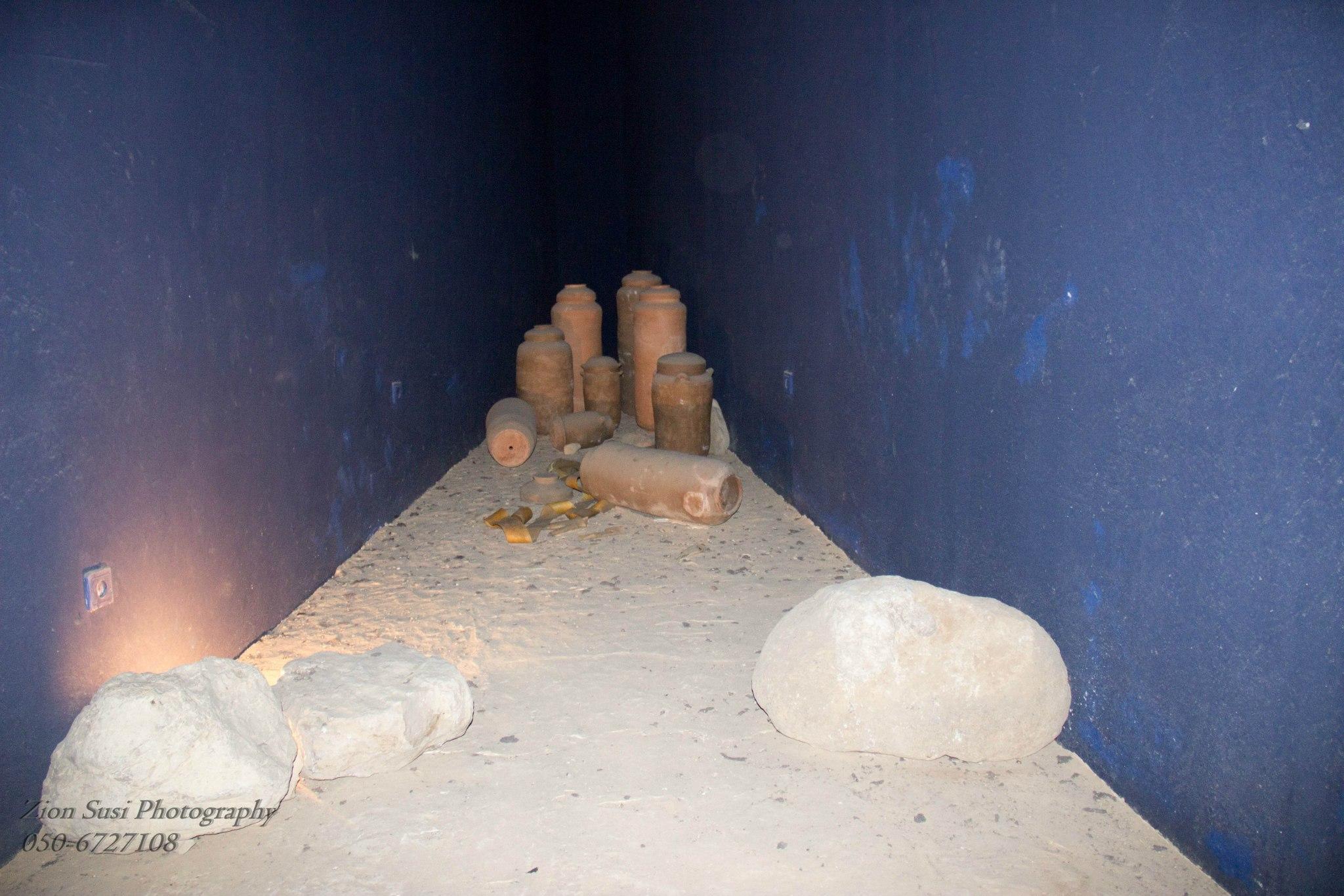 חלק מהכלים שבהם השתמה כת היחד שנמצאו בקומארן.