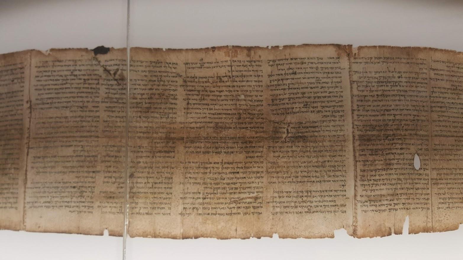 קטע מהמגילה אשר מוצגת במוזיאון ישראל.