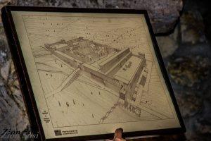איור בית המקדש ודרכי הכניסה אליו כפי שמוצג במנהרות הכותל. באיור רואים את הגשר הארוך המוביל להר הבית והקשת הגדולה שבו היא קשת וילסון.