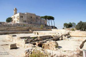 אזור המחצבה בבסיס המצודה הצלבנית.