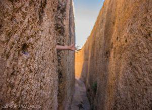 בין חלק מגושי הסלע אפשר ללכת בנוחות.