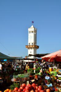"""""""השוק הפתוח"""" בחניית חוף לידו ומגדל ה""""מדרחוף"""" ברקע"""