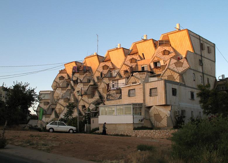 בניין אופייני בשכונת רמות פולין שתכנן האדריכל צבי הקר