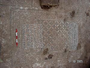 באחת משלושת הכתובות המעטרות את ריצפת המבנה נכתב כי המבנה מוקדש