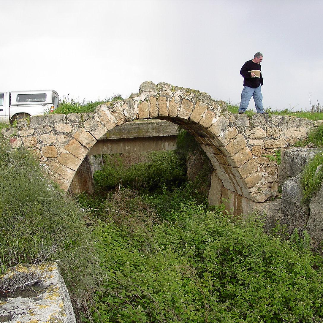 גשר רומי בן 1700 שנה לערך בנוי על נקבת ערוץ נחל דליה