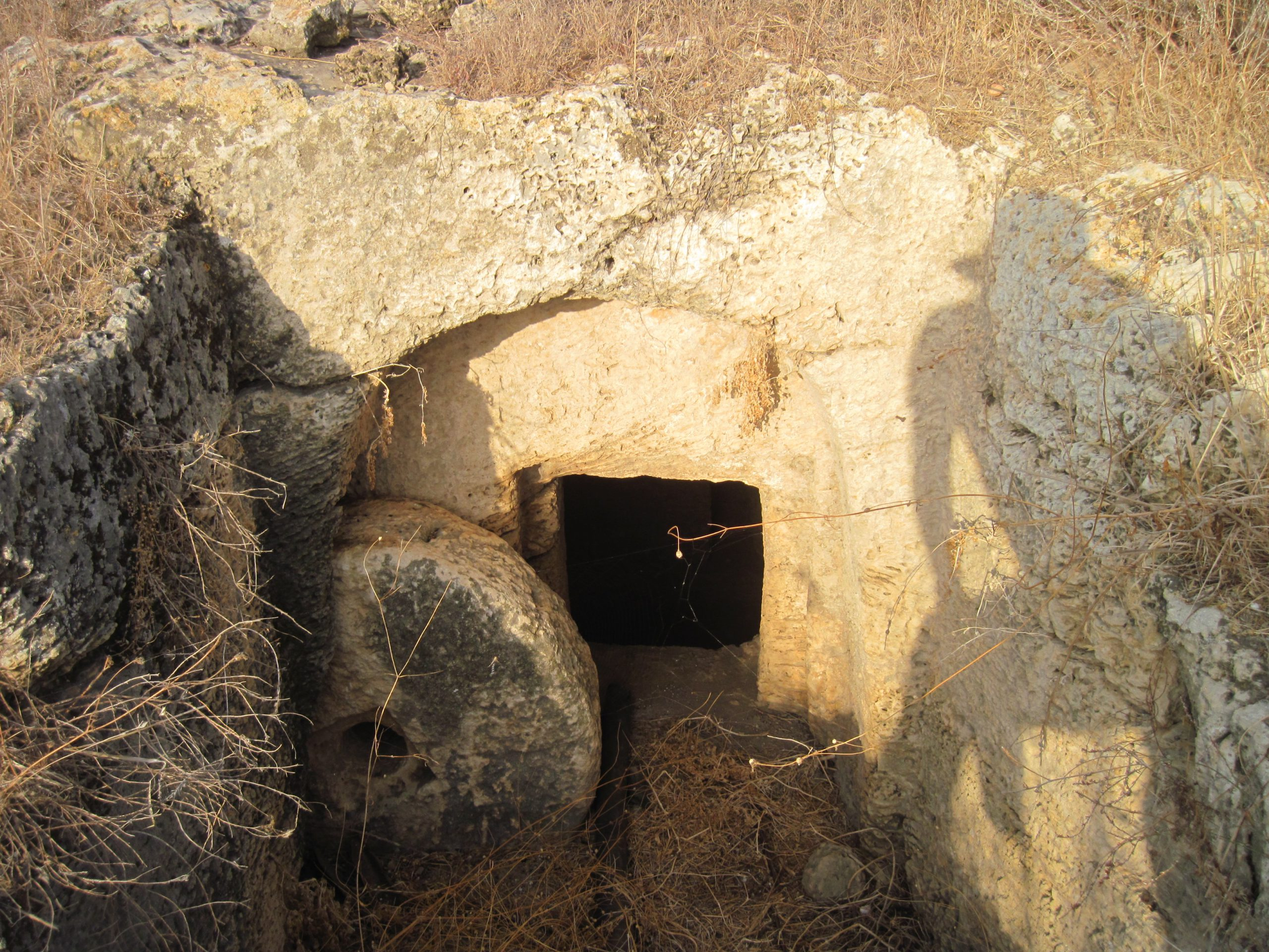 אחת ממערות הקבורה בחרבת טפת.
