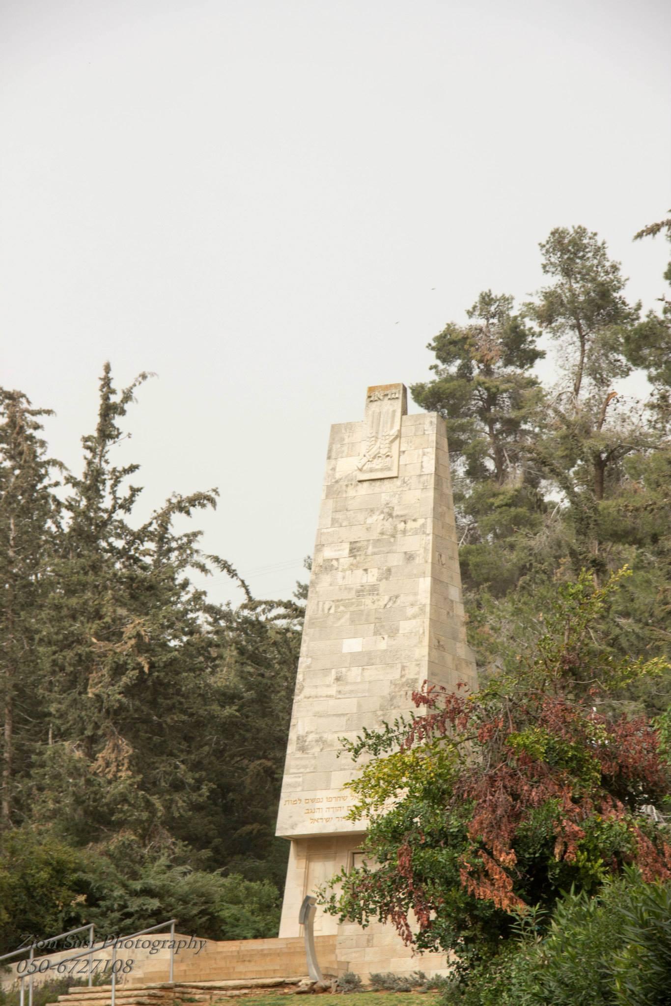 האנדרטה בבית הקברות הצבאי בקריית ענבים.