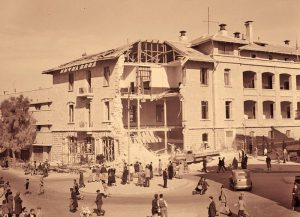 """מטה הבולשת הבריטית במגרש הרוסים בירושלים לאחר פיצוצו ב-23 במרץ 1944 על ידי האצ""""ל. עקב מיקומו האסטרטגי של מגרש הרוסים על אם הדרך ובקרבת העיר העתיקה, הלאימו הבריטים את הנכסים הרוסיים והפכו את המקום למרכז שלטונם."""