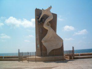 """האנדרטה בטיילת עכו לזכר אנשי האצ""""ל והלח""""י שנפלו במהלך הפריצה לכלא עכו ובעקבותיה"""