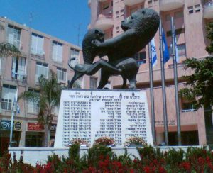 פסלה של חנה אורלוף - אריה בריטי גדול נאבק באריה קטן.   ז'בוטינסקי