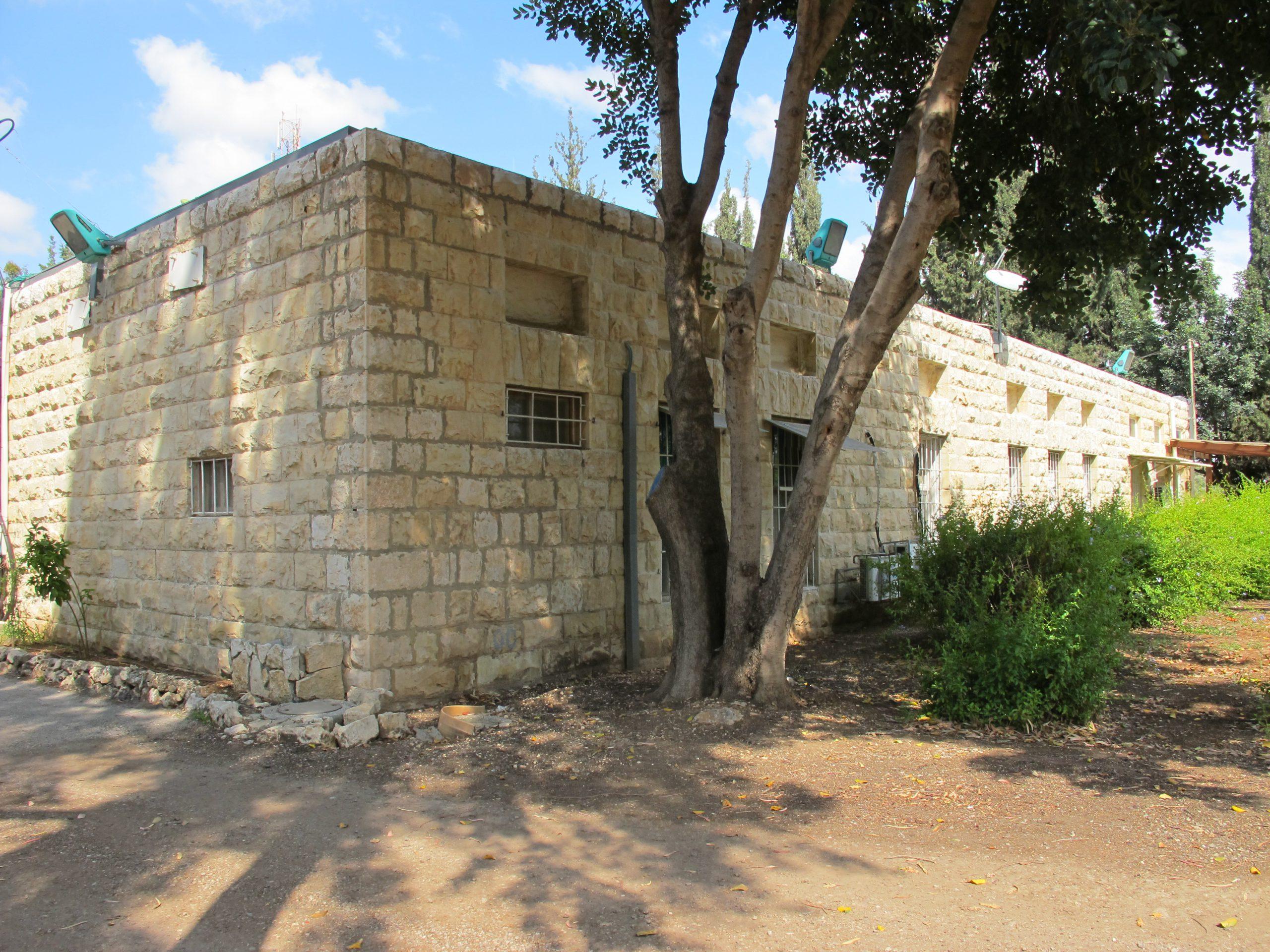 מבנה בית הספר המשמש היום את הקרן הקיימת לישראל וניצב בכניסה למושב בית נחמיה