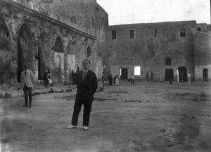 זאב ז'בוטינסקי בחצר כלא עכו.