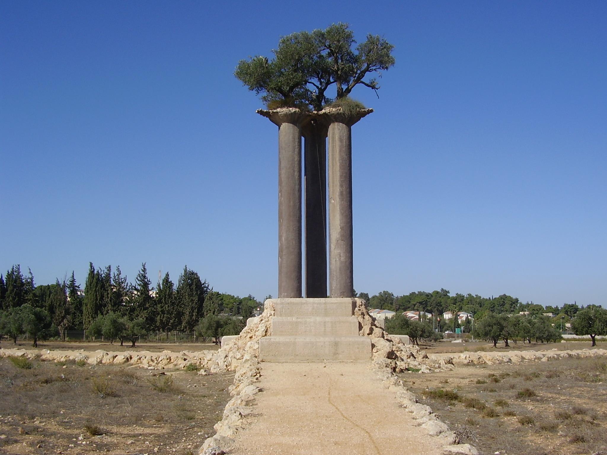 פסל עמודי הזית בפארק עמודי הזית ליד קיבוץ רמת רחל.