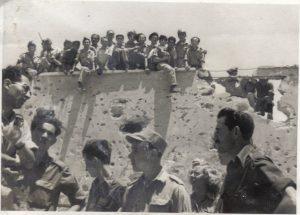 קיבוץ רמת רחל, לאחר מלחמת העצמאות. צולם ב-5 במאי 1949. ברקע חיילים ומפקדים מגדוד 19, הגדוד הממוכן של חטיבת גולני