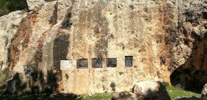 האנדרטה ביער מיר ליד פסגת זאב