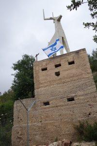 הפסל על גג עמדת הבטון שבכניסה לבית הקברות בקריית ענבים